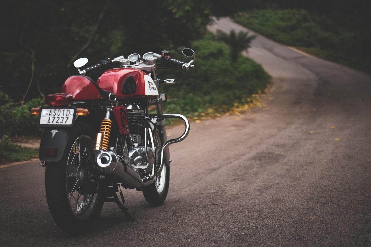 Uppmärksammat en röd motorcykel